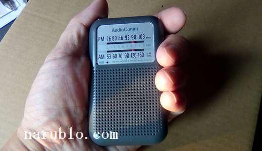 男性がポケットラジオRAD-F12N-Hを手に持った