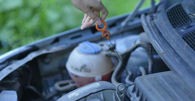 車のオイルの点検