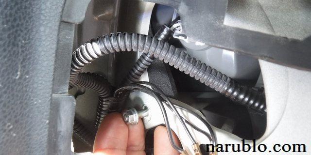 フィットのコンビネーションランプは手を添えてナットを外す