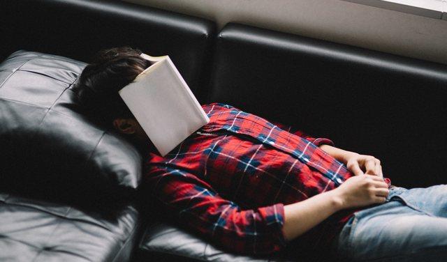 長時間の仮眠や昼寝を防ぐためにスッキリと起きる方法