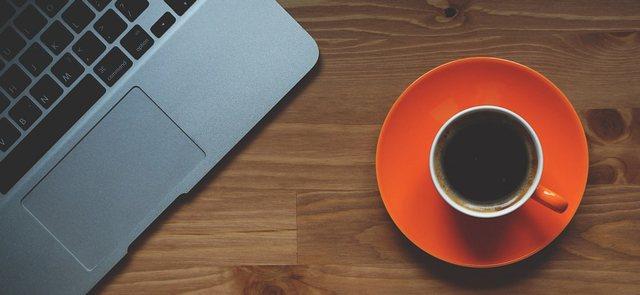 コーヒーを飲んでカフェインの覚醒効果を期待する